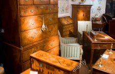 Places That Buy Antique Furniture Awesome Exhibitor Stall Selling Antique Furniture And Ornaments