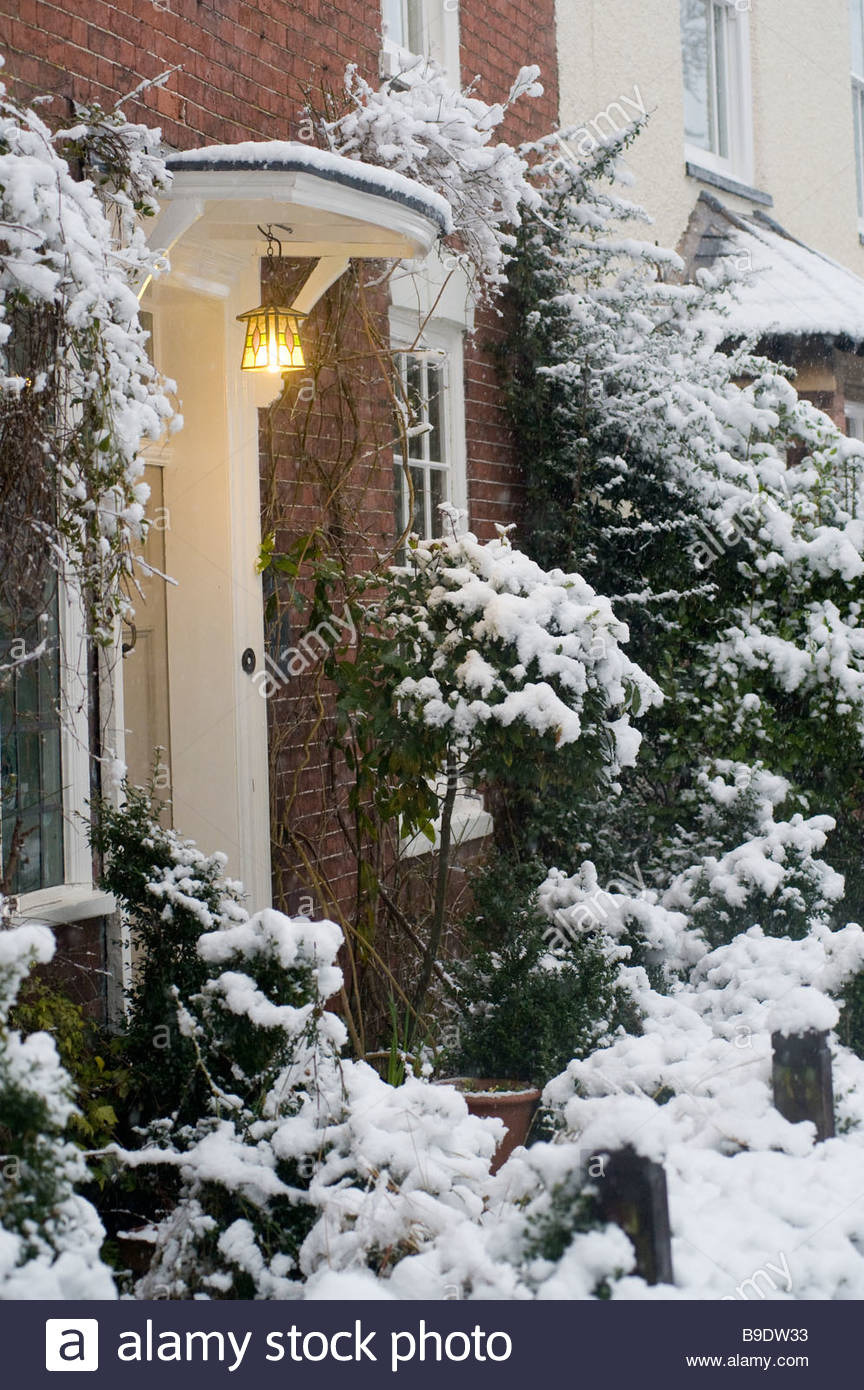 pretty snow covered entrance to a house in a village in leicestershire B9DW33