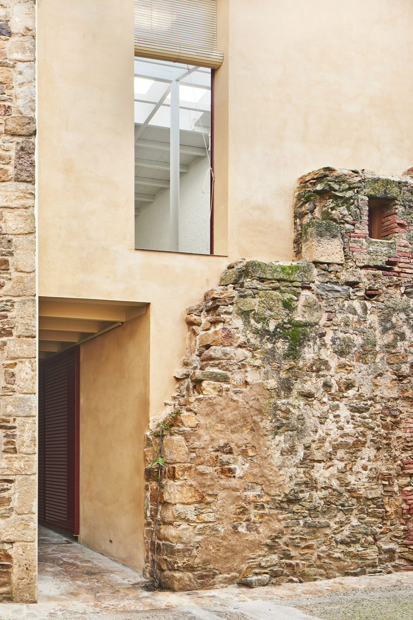 Modern Stone Houses Architecture Inspirational Arquitectura G Builds Modern House Behind Crumbling Old