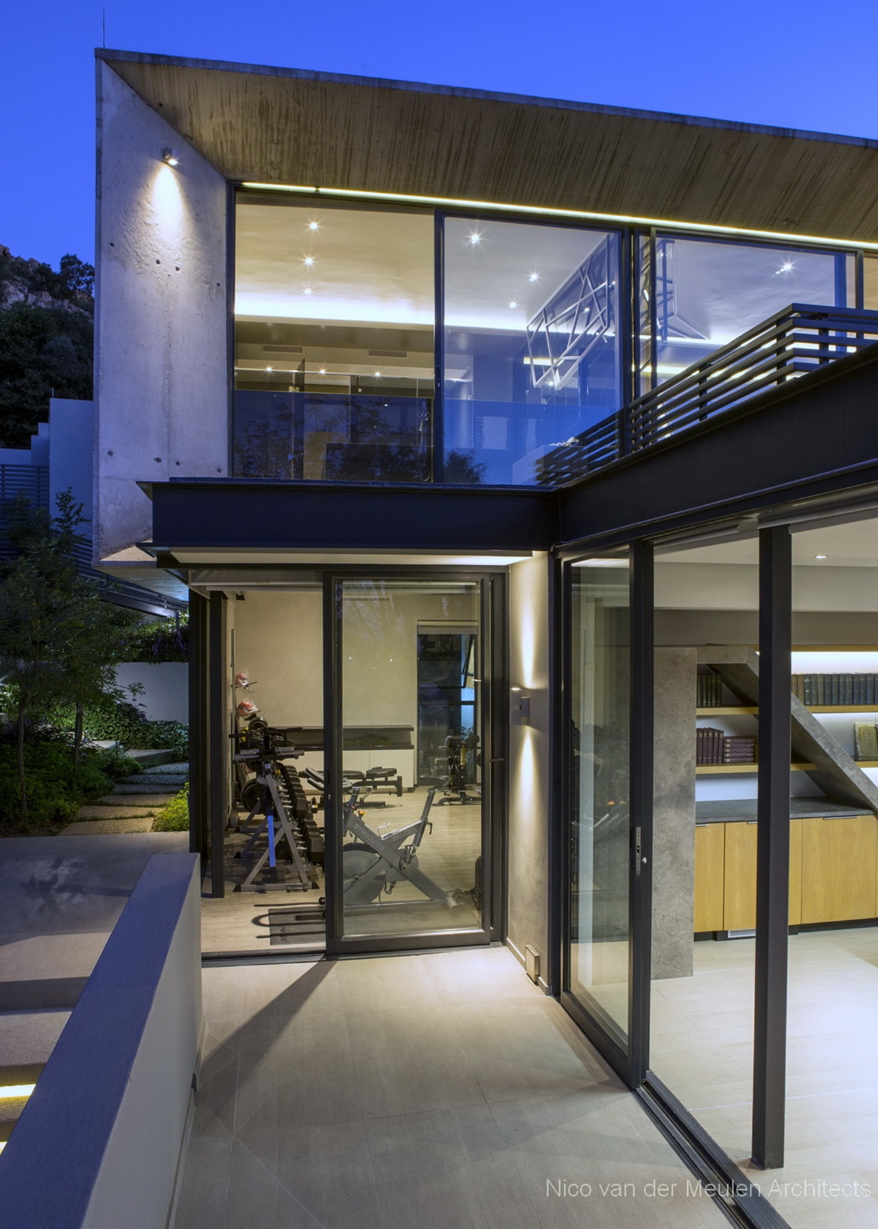 Pretty houses Stunning modern hillside home featured on Architecture Beast 04